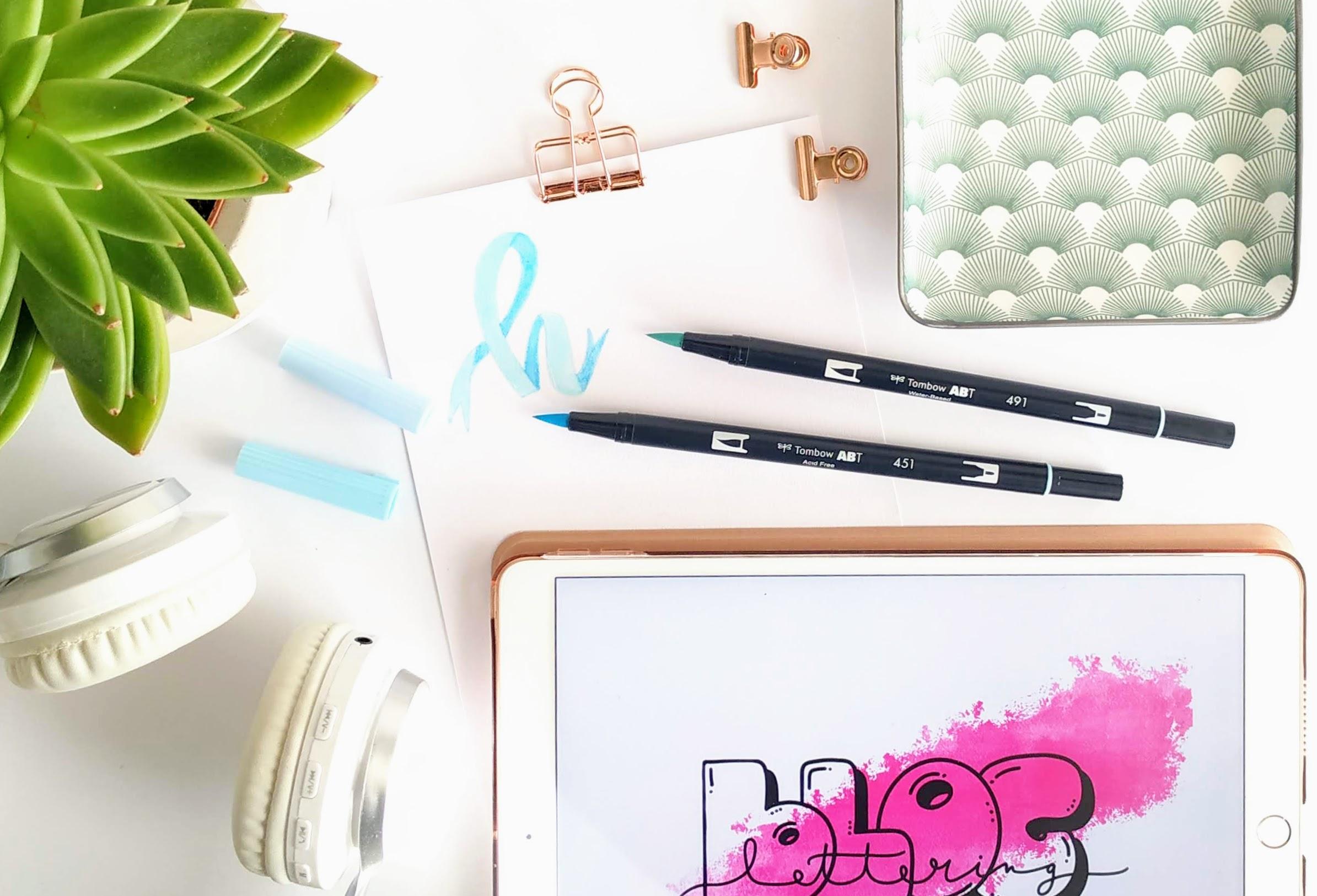 Komposition von iPad für das digitale Lettering und klassischen Brushpens auf Papier