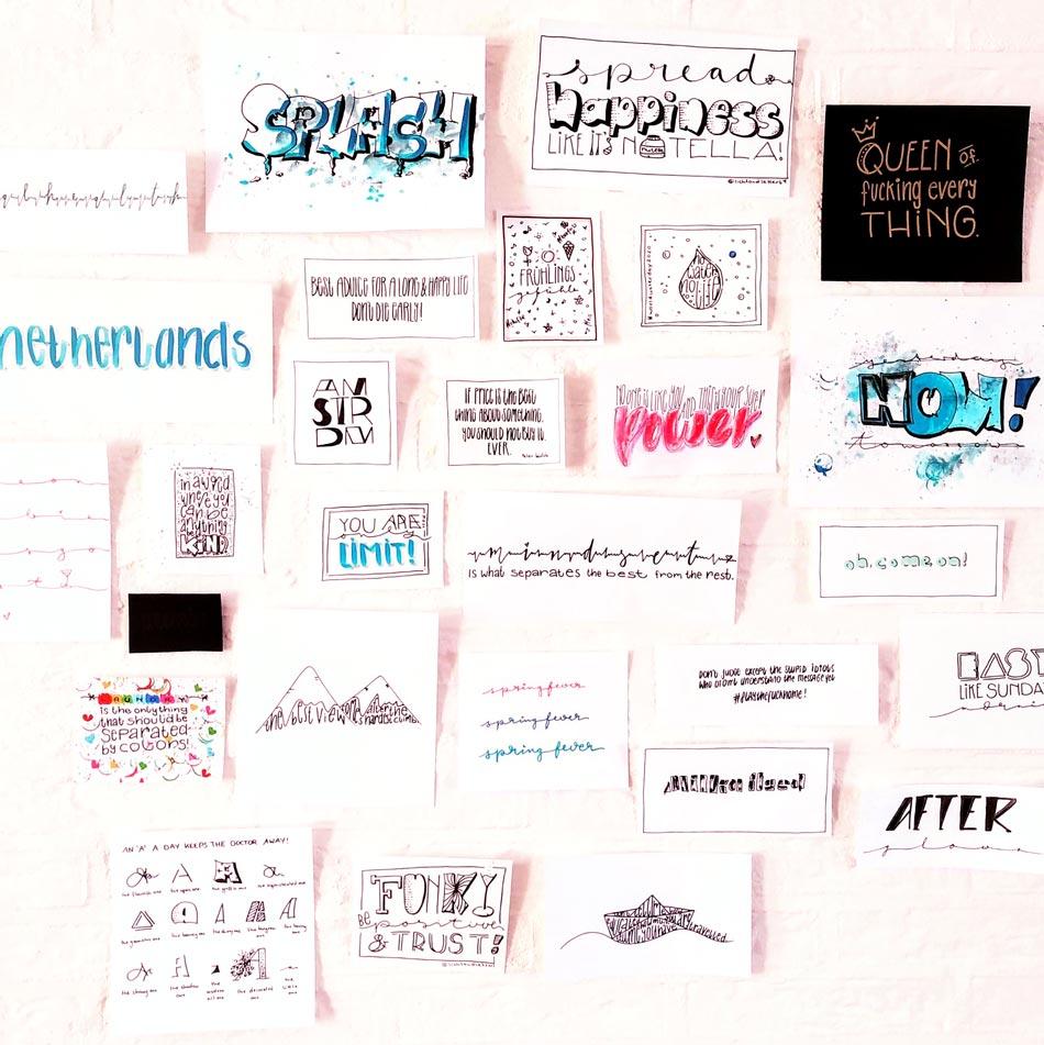 Viele Bilder mit Lettering Sprüchen hängen an einer Wand und zeigen den Stil - Mix beim modernen Handlettering