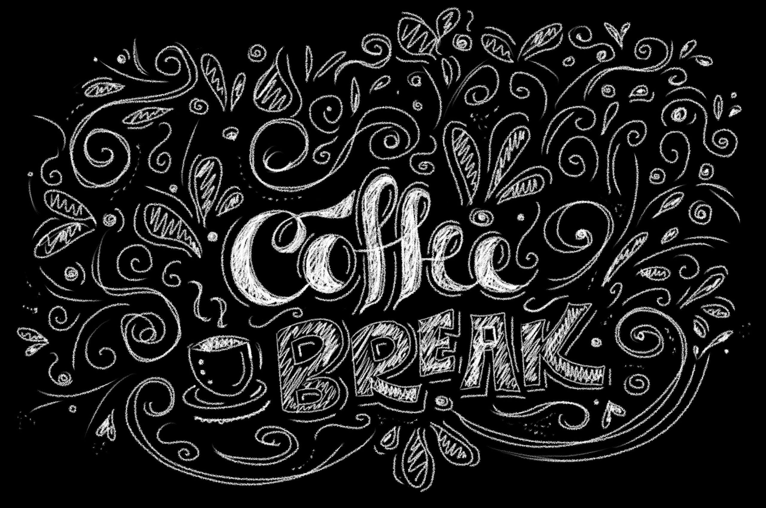 Coffee Break auf einer Tafel als Chalk Lettering umrandet mit verschiedenen Dekoelementen mit dem Chalk Marker direkt auf die tafel gelettert.