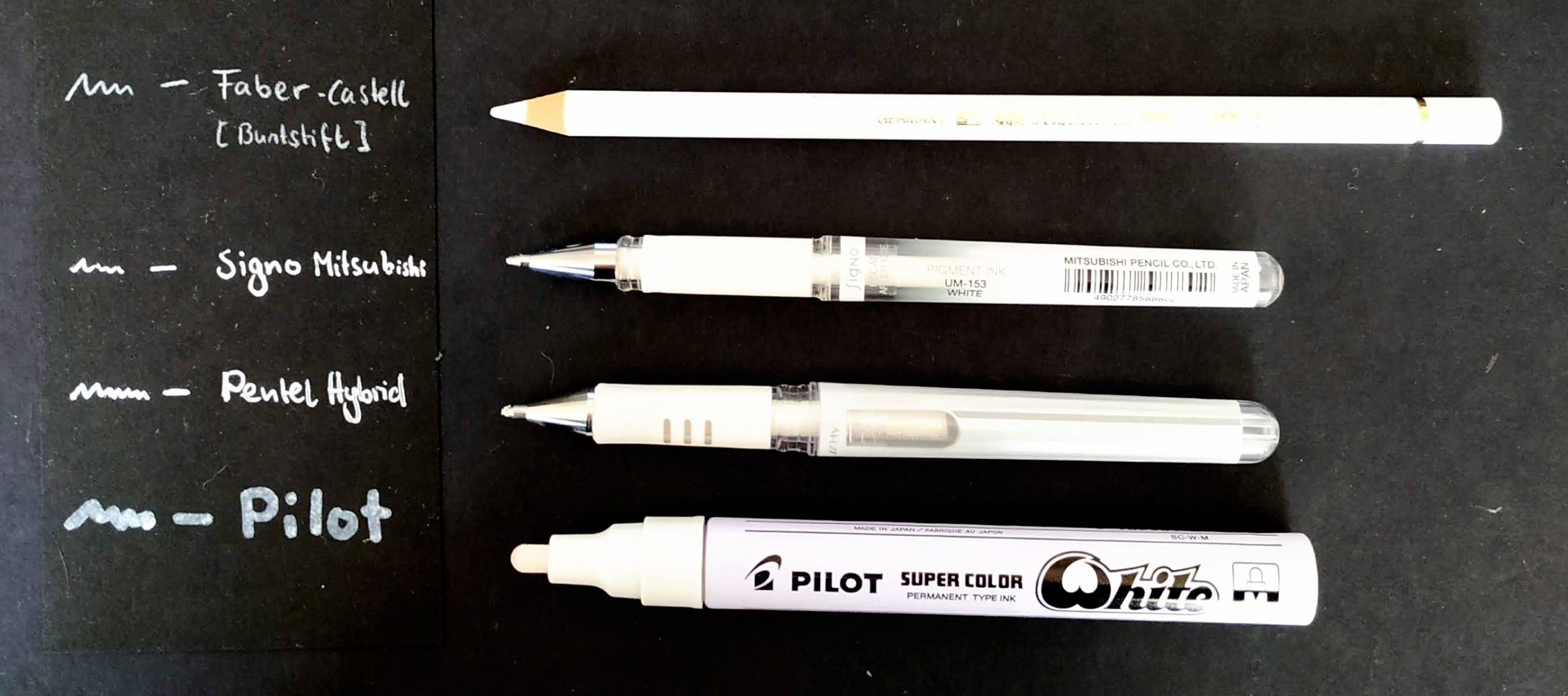 vier verschiedene Lettering Stifte der Farbe weiss: Faber Castel, Pentel, Pilot, Signo