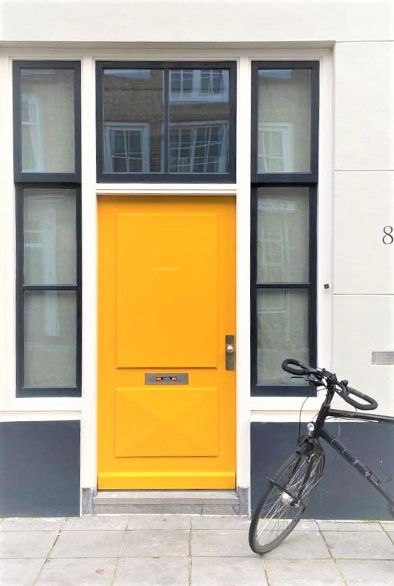 Fahrrad vor gelber Tür