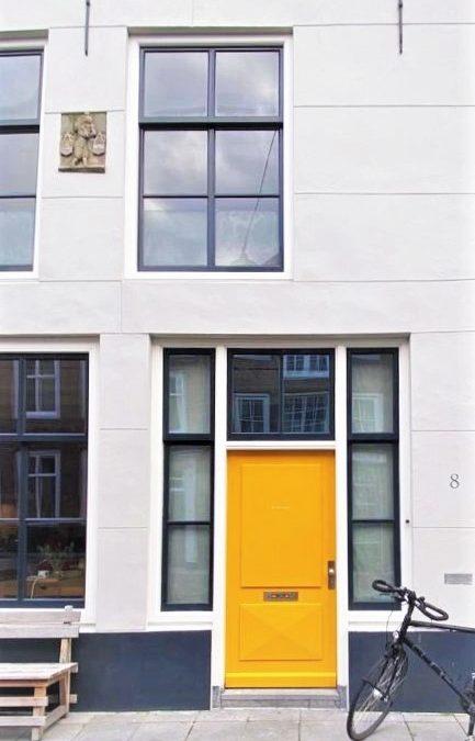 gelbe Tür an modernem Haus