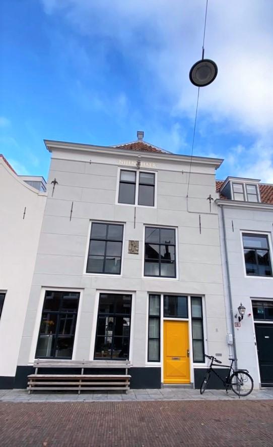 Haus mit gelber Tür