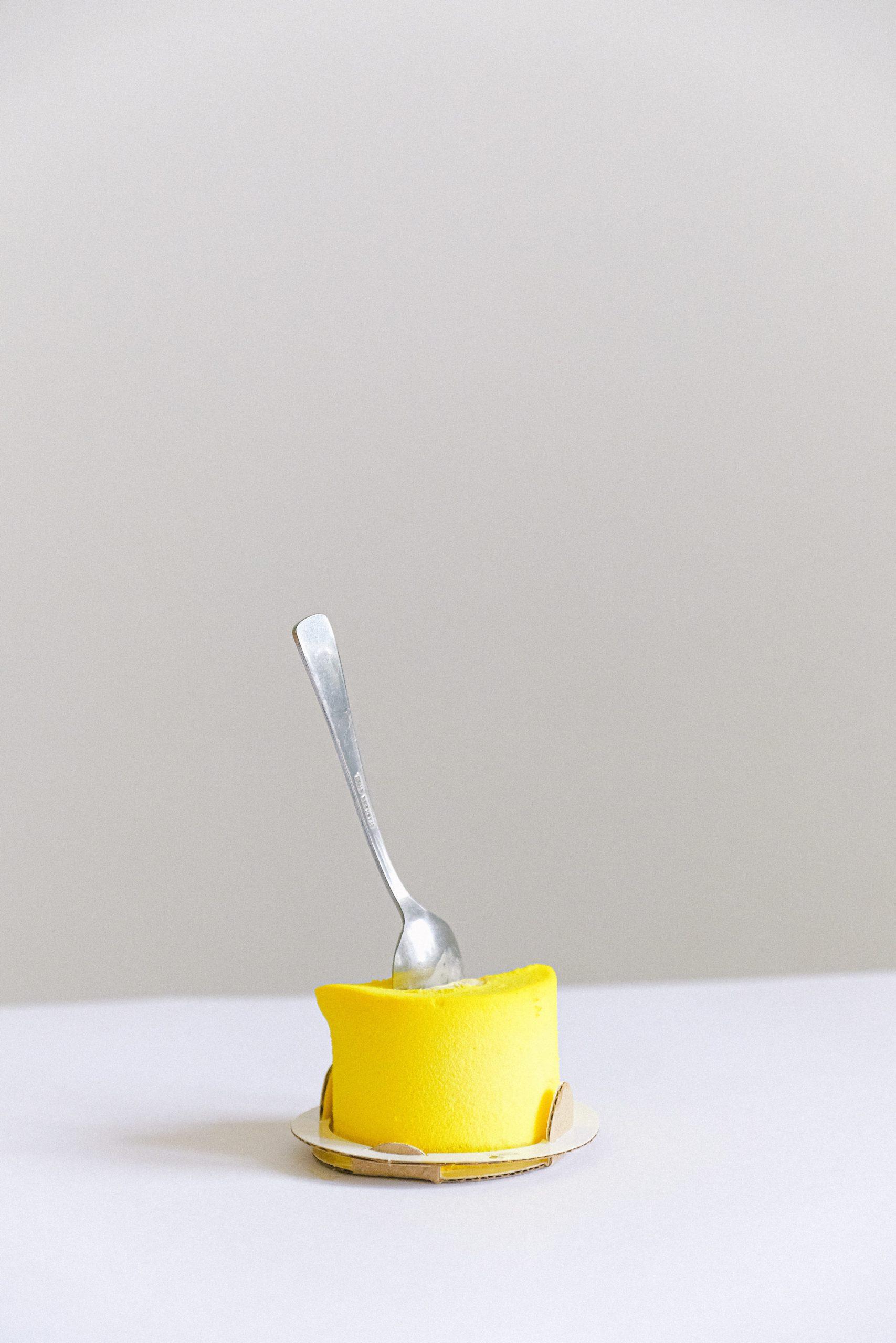 gelbes Dessert Törtchen mit Löffel