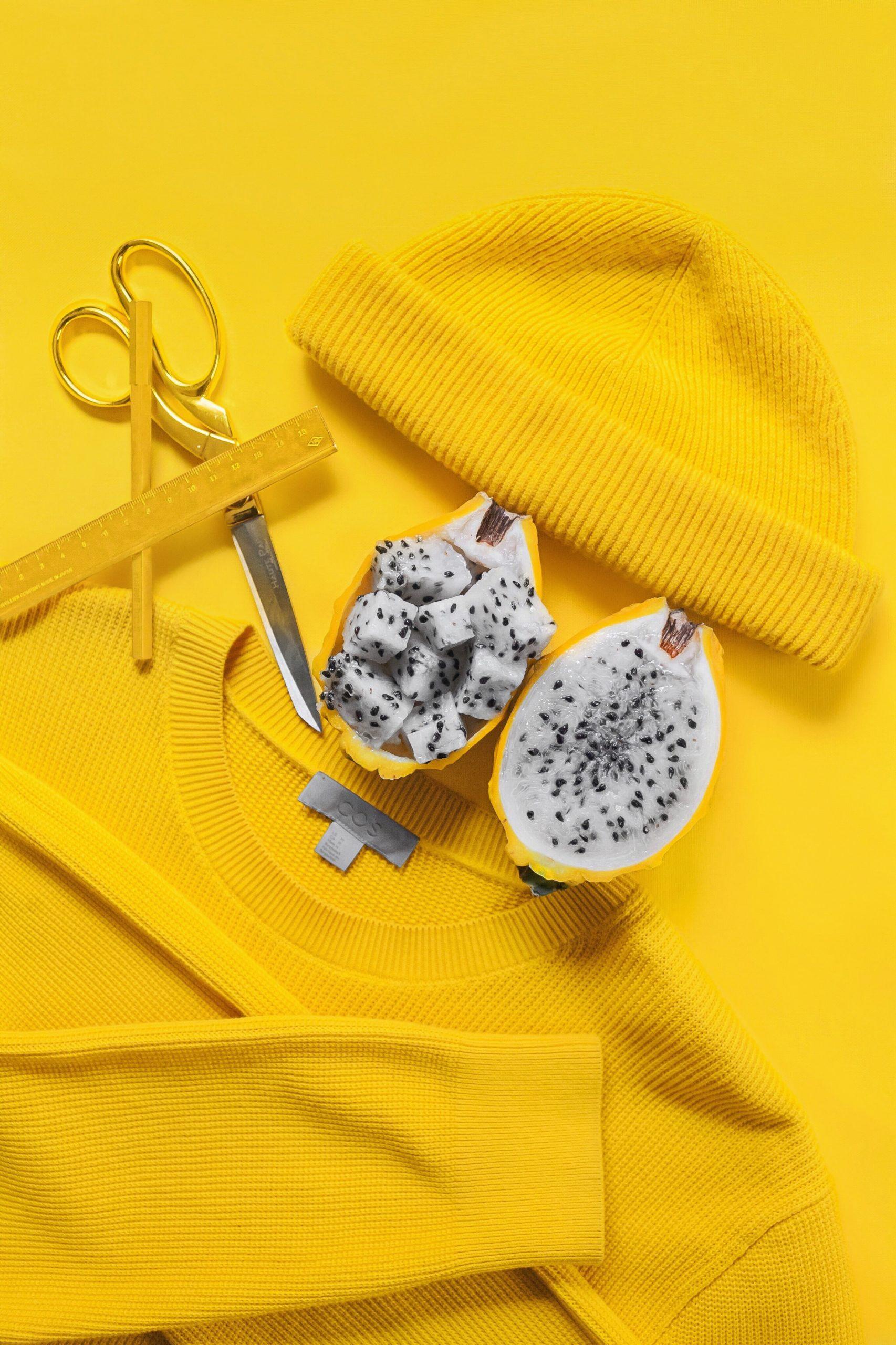 Stilleben in Gelb mit Drachenfrucht