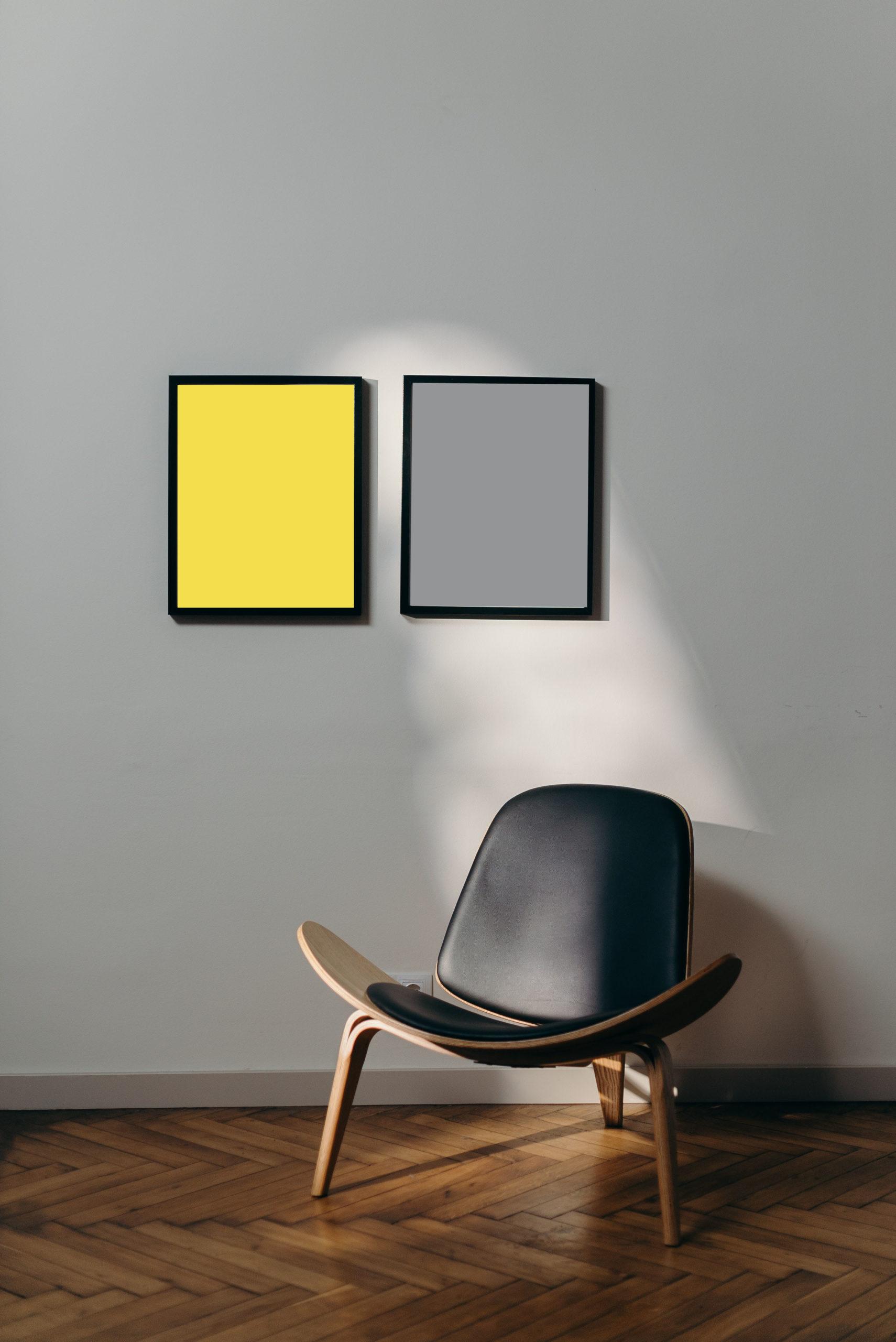 2 Bilderrahmen mit Pantone Farben 2021an der Wand in gelb un grau mit Designerstuhl