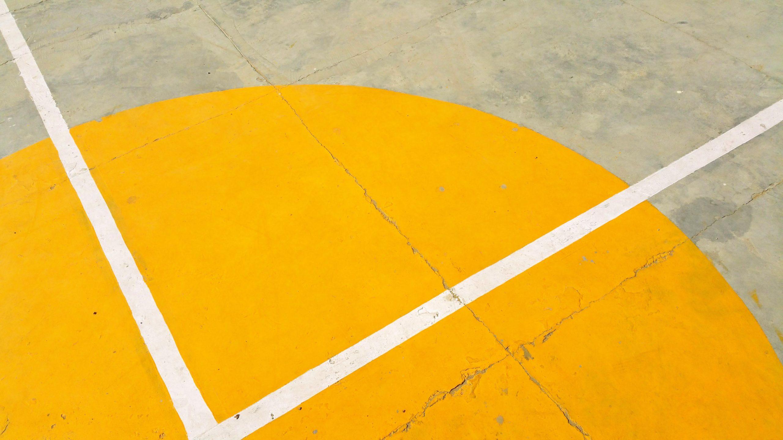 Spielfeld draußen mit gelbem Kreis