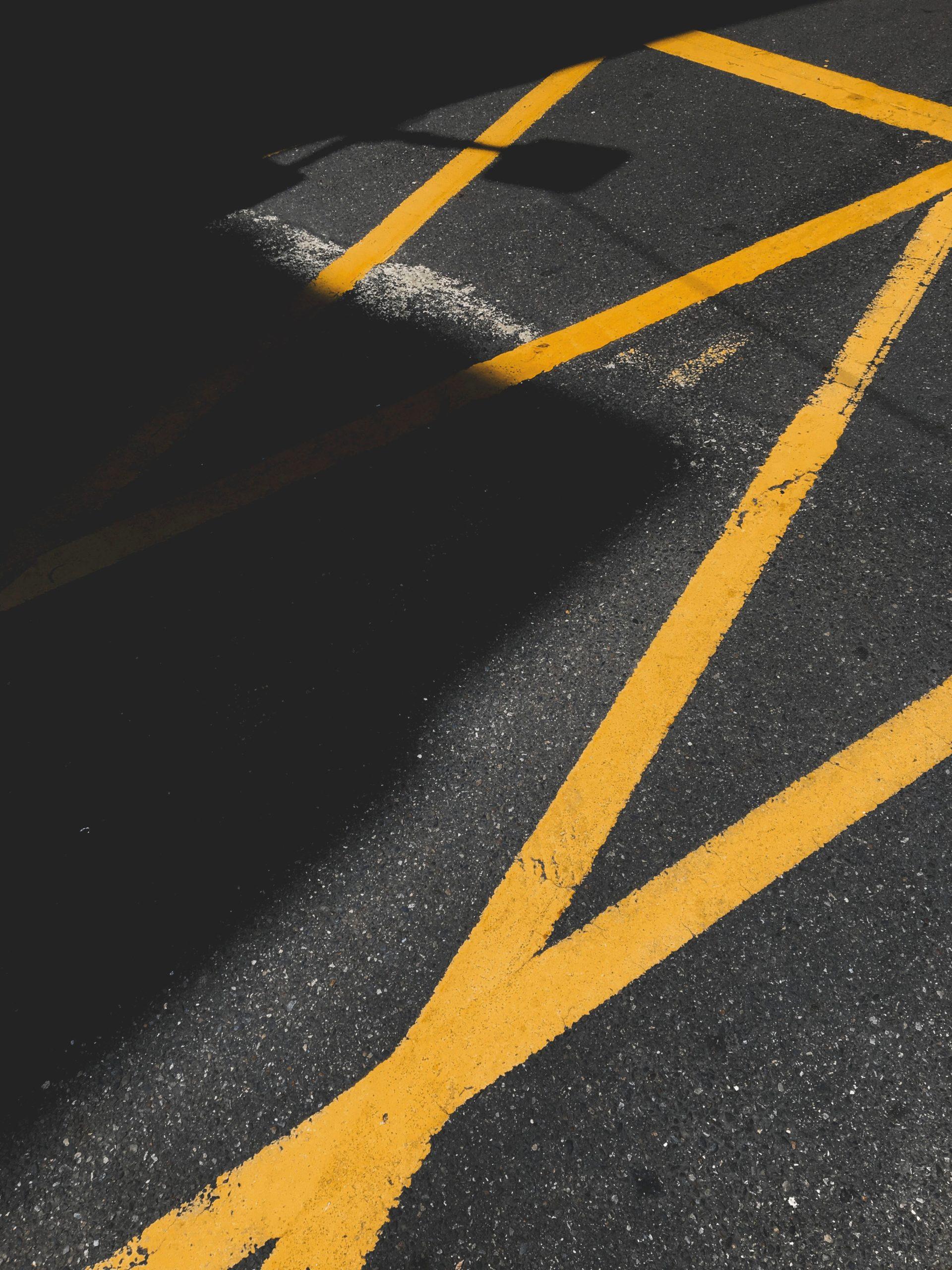 Outdoor Bastketballfeld mit gelben Linien