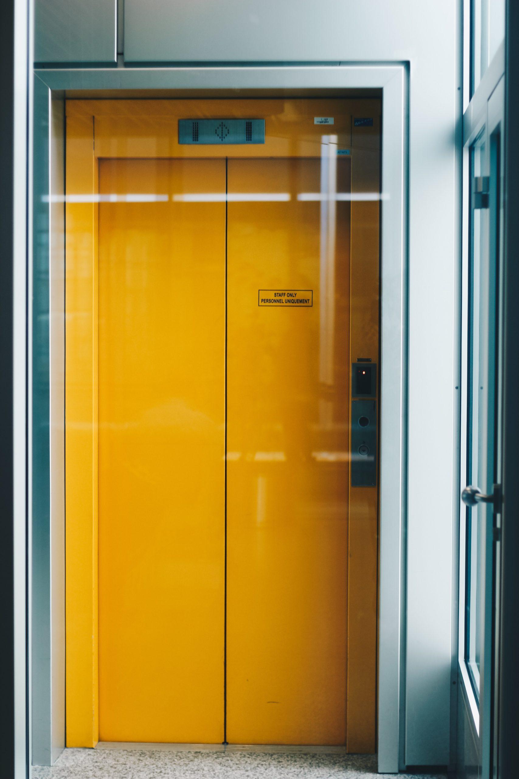 gelber Fahrstuhl in Bürogebäude