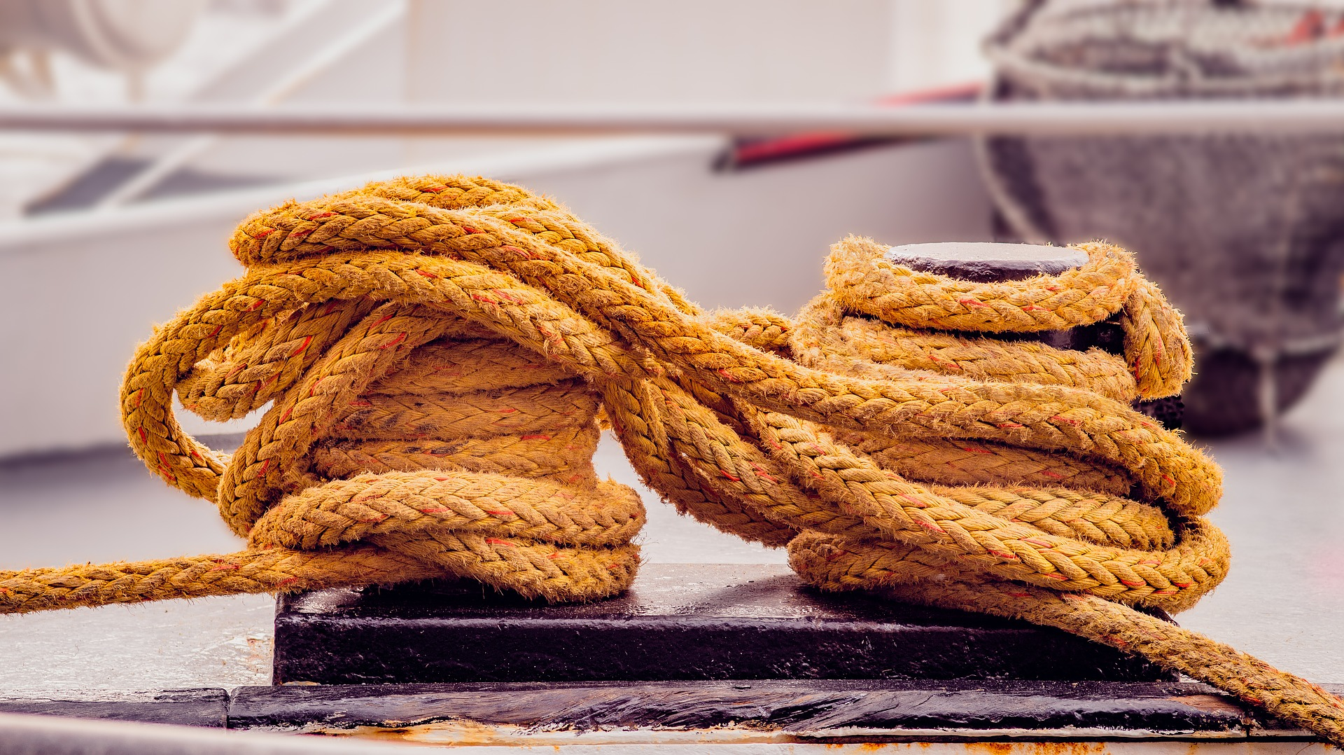 gelbes Schiffstau auf Segelboot