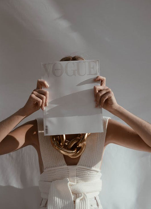 Frau-mit-Modemagazin