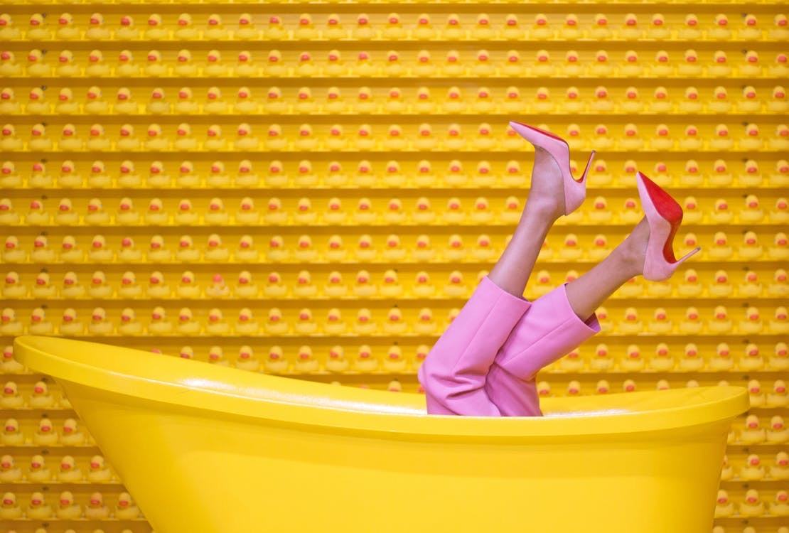 frau-mit-high-heels-in-badewanne