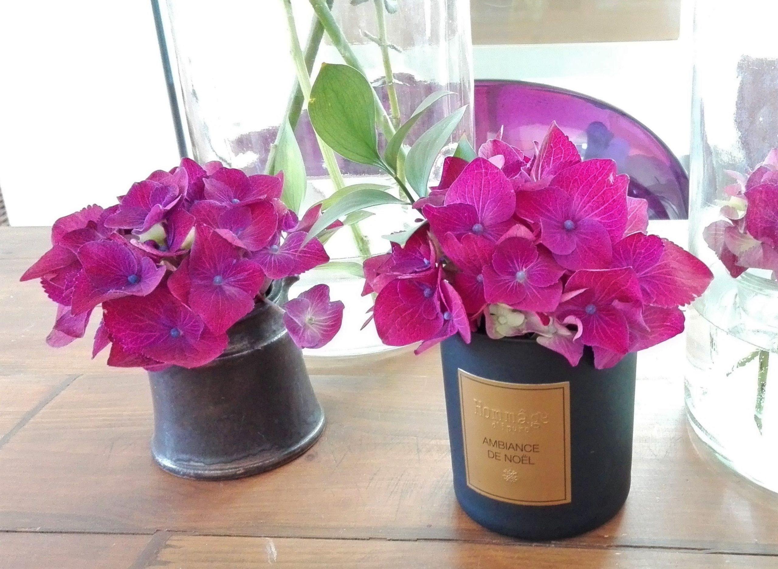 schoenes Bluemnarrangement mit pinken Hortensien