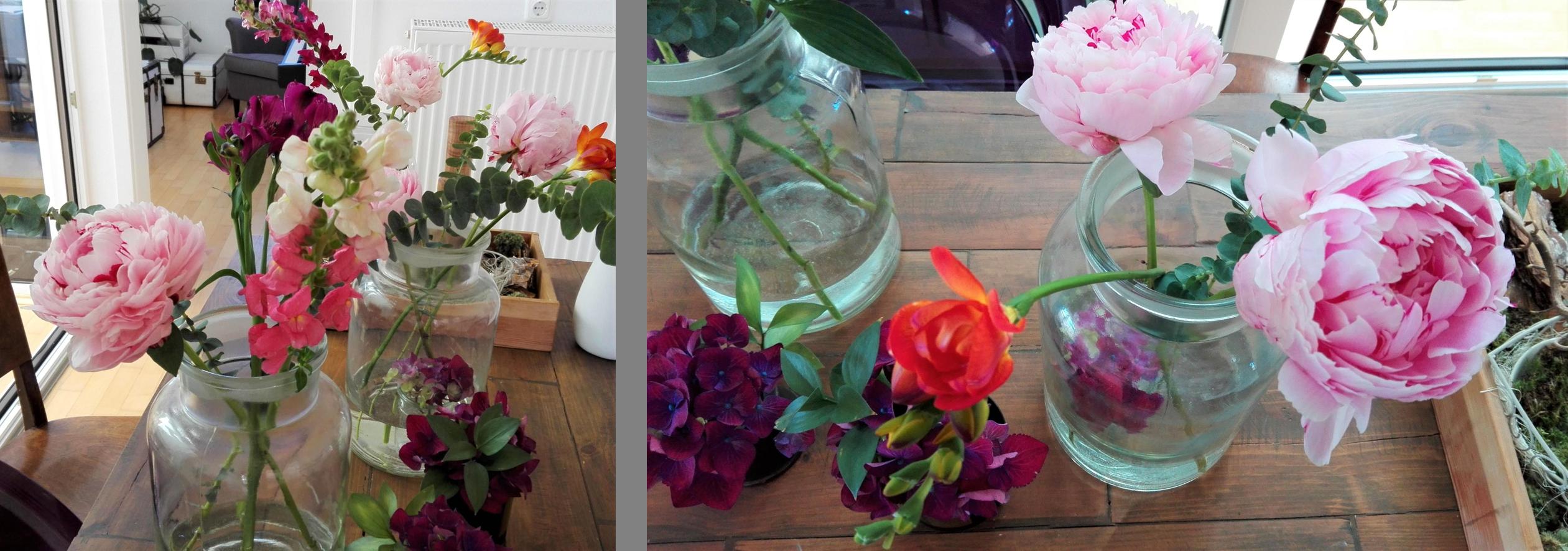 schoene Dinge auf dem Tisch: sommerliche blumen in mehreren vasen